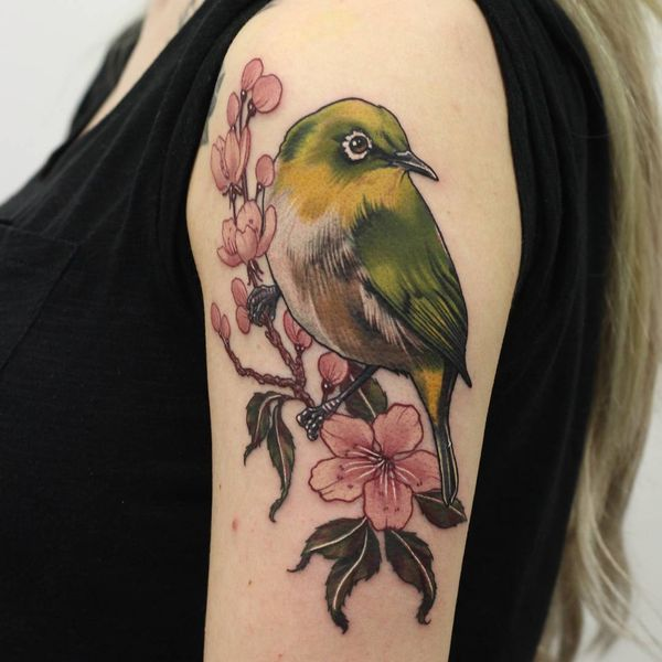 Татуировка сакуры и птицы на руке