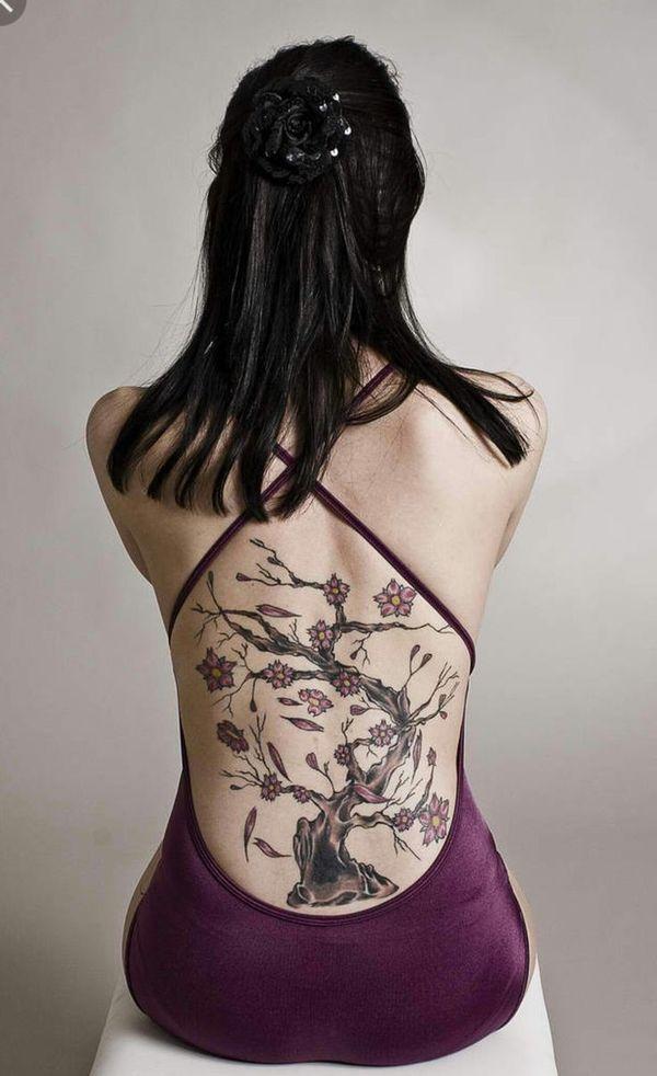 Философская татуировка сакуры на спине