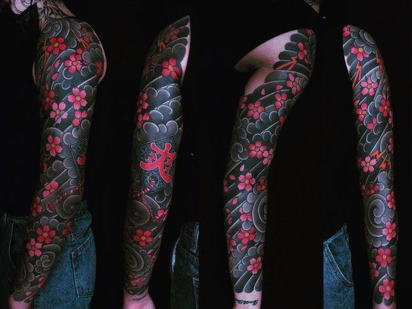 Татуировка японской сакуры во весь рукав