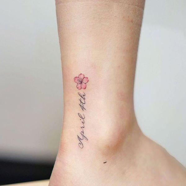 Маленькая мемориальная татуировка сакуры на щиколотке