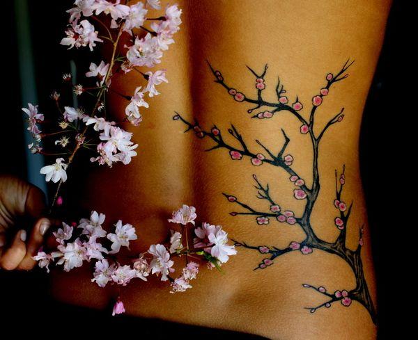 Татуировка сакуры на пояснице