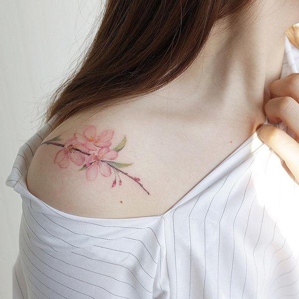 Татуировка сакуры на плече