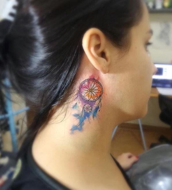 Маленькая татуировка на шее Ловца снов в тонких линиях