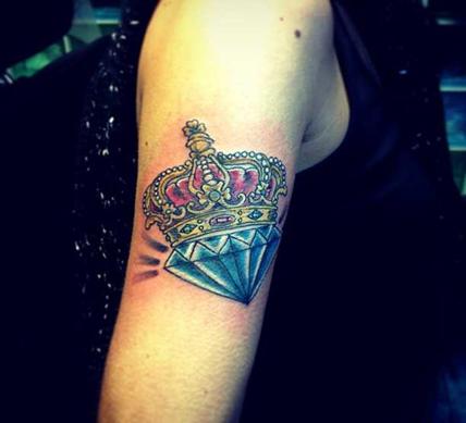 Татуировка алмаз с короной на руке