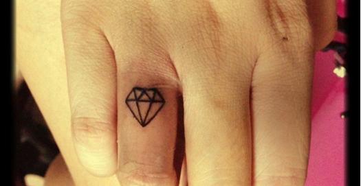 Тату алмаз на пальце в контурном стиле