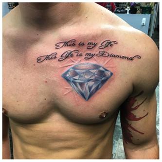 Татуировка алмаза на груди