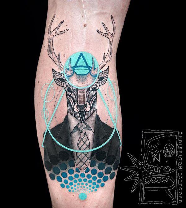 тату олень с неоновыми геометрическими элементами на ноге
