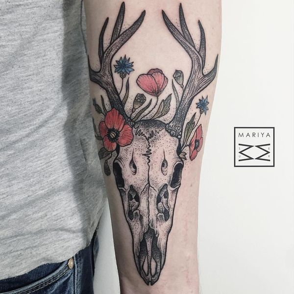 тату череп с цветами на предплечье