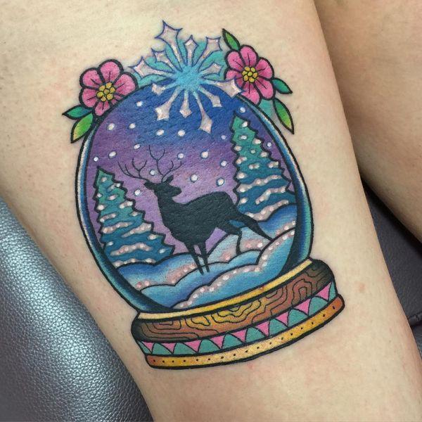 тату олень снежный шар на ноге в зимней стране чудес