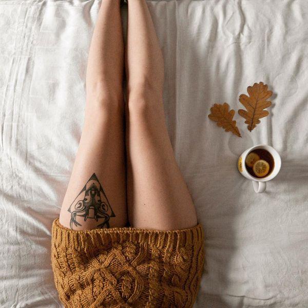 олень с татуировкой треугольника на бедре