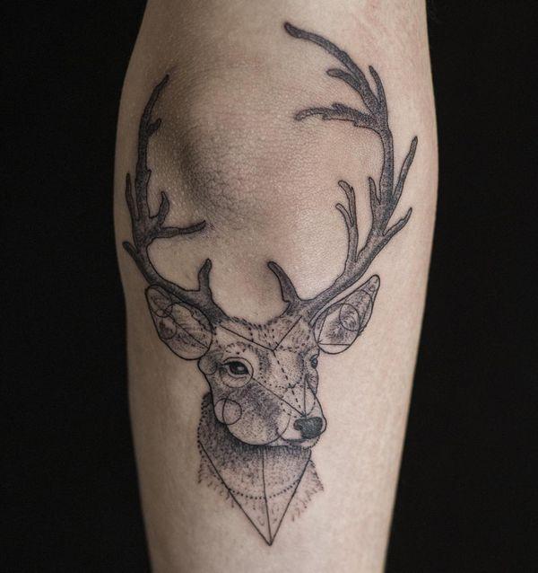 тату с геометрическим рисунком оленя на рукаве