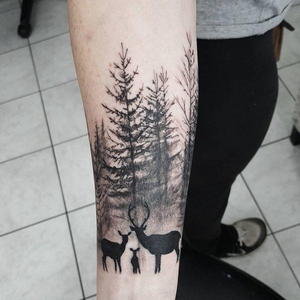 татуировка семейный олень и деревья на предплечье