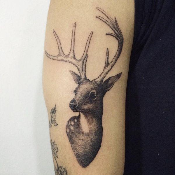 тату олень на плече