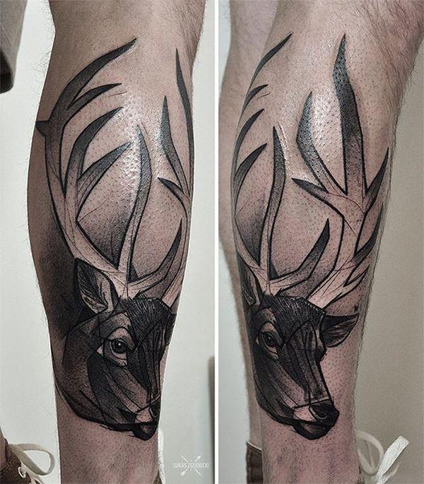 тату черный олень на ноге
