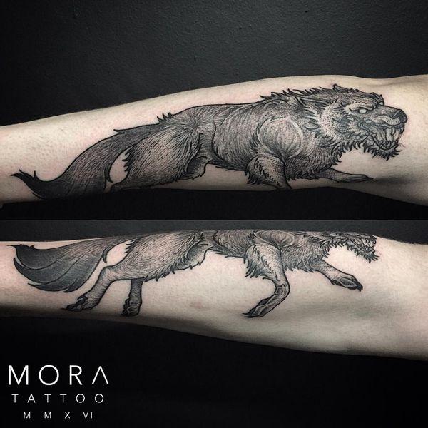тату волк на плече