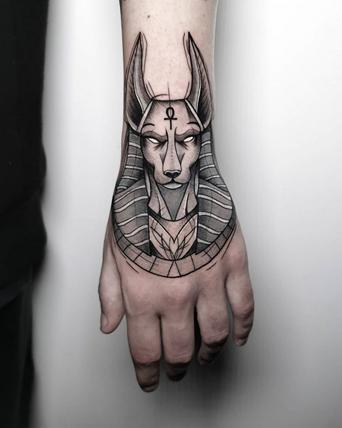 Татуировка Анубис на кисти